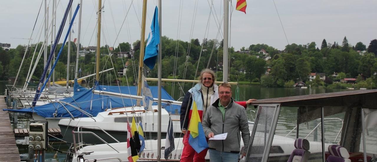 Warten auf Wind: Wettfahrtleiter Gerhard Zieris und seine Frau Veronika Krug-Zieris