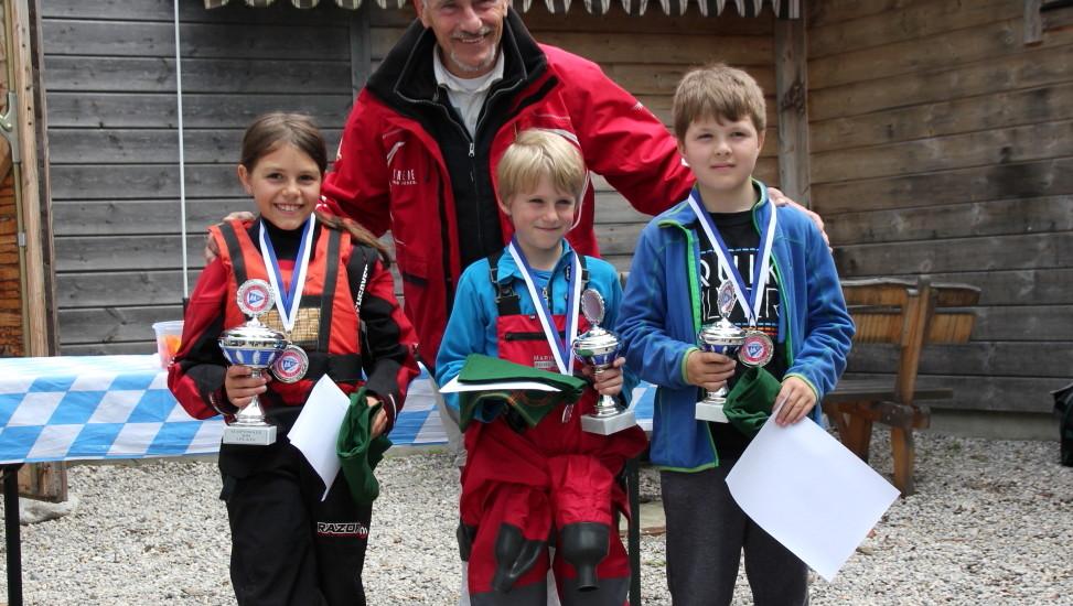 Die Sieger der 41. Optinale: Luna von Weidenbach (HSC), Moritz Wagner (DTYC) und Severin Gericke (YCAT) vor SCP-Vorstand Franz